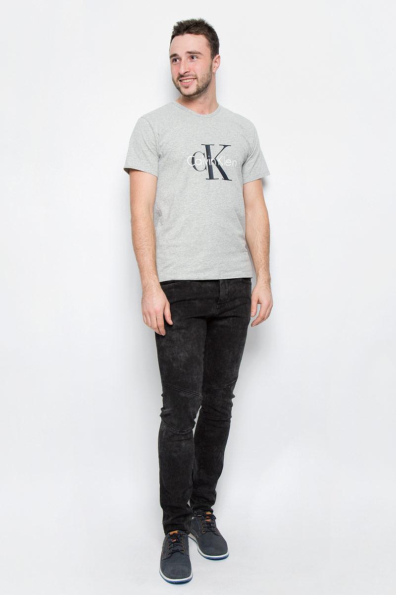 Футболка мужская Calvin Klein Underwear, цвет: серый. NM1328A_080. Размер S (46)NM1328A_080Мужская футболка Calvin Klein Underwear выполнена из эластичного хлопка. Модель с круглым вырезом горловины и короткими рукавами оформлена брендовым логотипом. Горловина дополнена трикотажной резинкой.