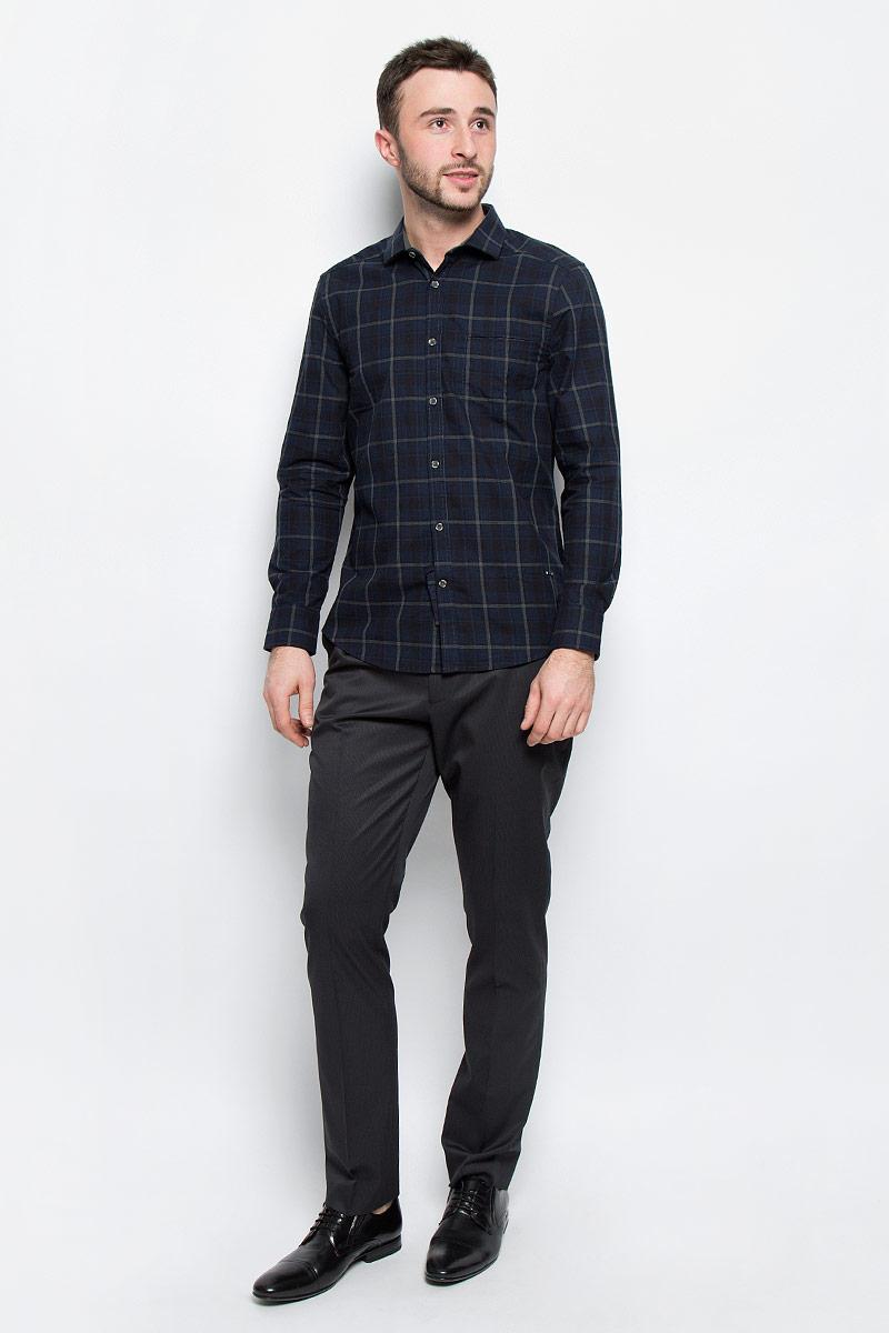 Рубашка мужская Mexx, цвет: темно-синий, серый. MX3026643_MN_SHG_010. Размер XL (54)MX3026643_MN_SHG_010Мужская рубашка Mexx выполнена из натурального хлопка. Модель с отложным воротником и длинными рукавами застегивается на пуговицы по всей длине. Низ рукавов дополнен манжетами на пуговицах. Спереди расположен прорезной карман. Модель оформлена принтом в клетку.
