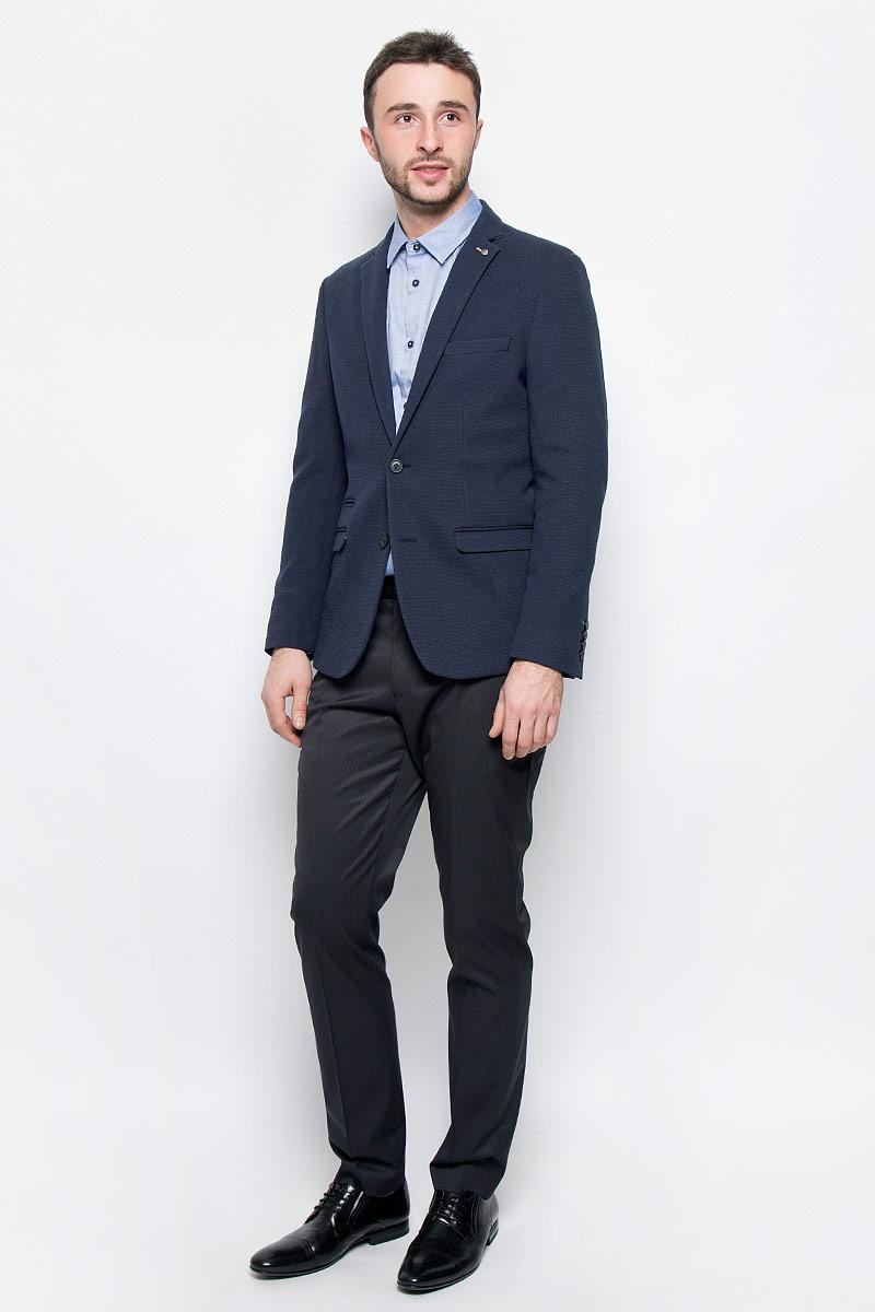 Пиджак мужской Selected Homme, цвет: темно-синий. 16051948. Размер 5016051948_Dark NavyКлассический мужской пиджак Selected Homme изготовлен из хлопка и полиэстера. Подкладка выполнена из полиэстера. Пиджак с воротником с лацканами и длинными рукавами застегивается на две пуговицы. Низ рукавов оформлен декоративными пуговицами. Пиджак имеет два втачных кармана с клапанами, маленький прорезной карман и нагрудный прорезной кармашек, а с внутренней стороны два прорезных кармана один из которых на пуговице. В среднем шве спинки расположена небольшая шлица.