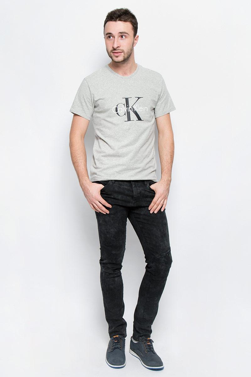 Джинсы мужские Calvin Klein Jeans, цвет: черный. J30J300689_9164. Размер 33 (50/52)2L510061M/44478N/2323OМодные мужские джинсы Calvin Klein Jeans выполнены из хлопка с добавлением эластана.Джинсы-слим застегиваются на пуговицу по поясу и имеют ширинку на застежке-молнии, также имеются шлевки для ремня. Спереди модель дополнена четырьмя втачными карманами, а сзади - двумя накладными карманами и прорезным кармашком на застежке-молнии. Изделие оформлено легкими потертостями.