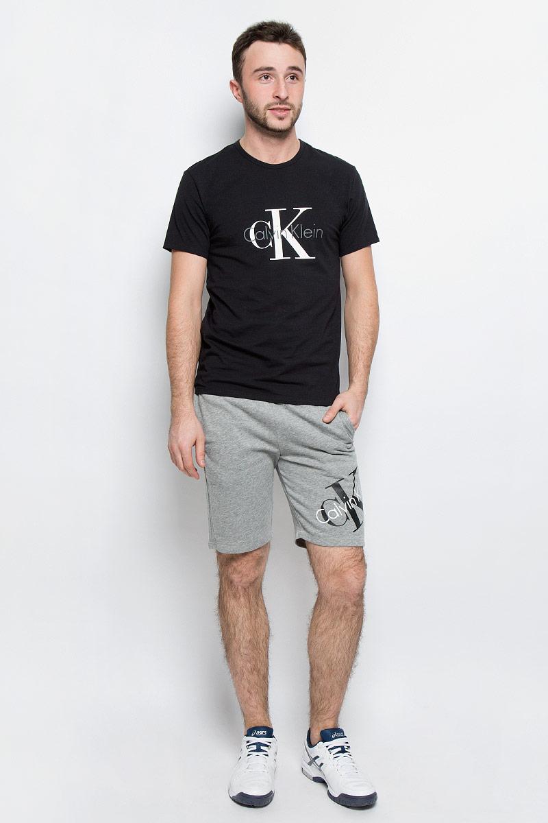 Футболка мужская Calvin Klein Underwear, цвет: черный. NM1328A_001. Размер XL (54)NM1328A_001Мужская футболка Calvin Klein Underwear выполнена из эластичного хлопка. Модель с круглым вырезом горловины и короткими рукавами оформлена брендовым логотипом. Горловина дополнена трикотажной резинкой.