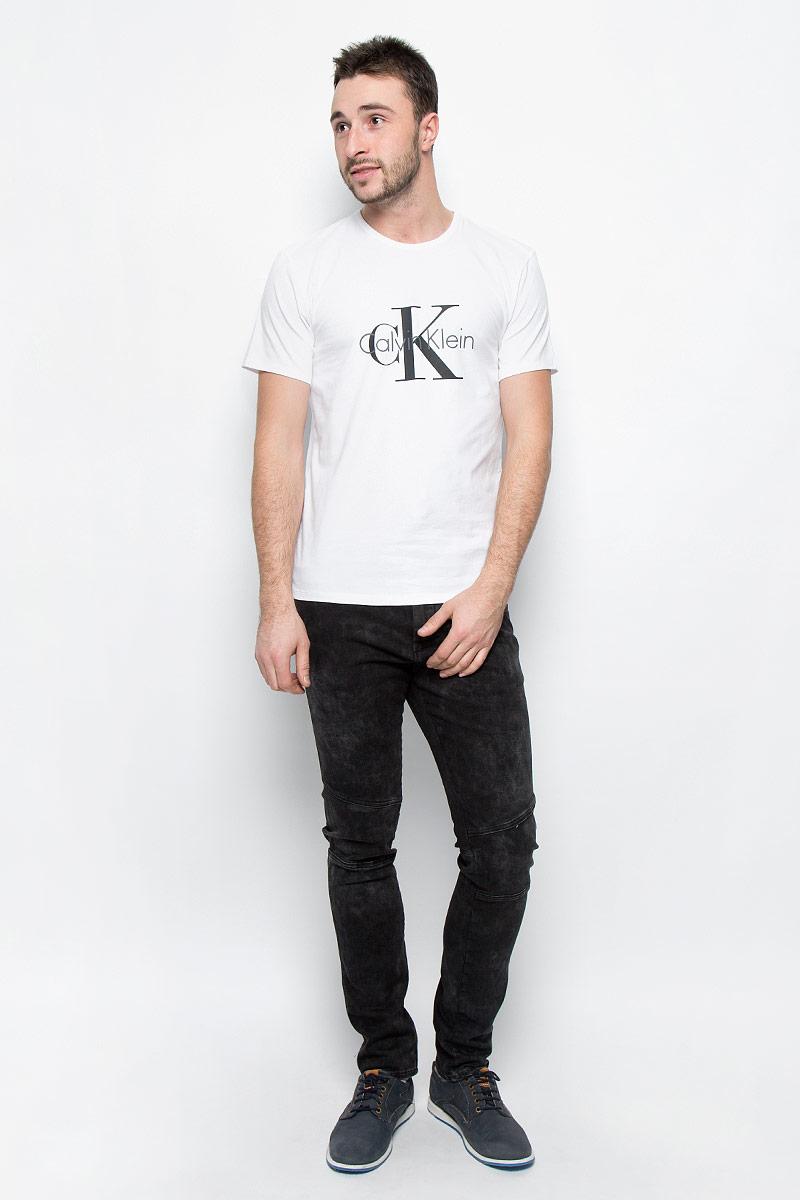 Футболка мужская Calvin Klein Underwear, цвет: белый. NM1328A_100. Размер M (48)NM1328A_100Мужская футболка Calvin Klein Underwear выполнена из эластичного хлопка. Модель с круглым вырезом горловины и короткими рукавами оформлена брендовым логотипом. Горловина дополнена трикотажной резинкой.