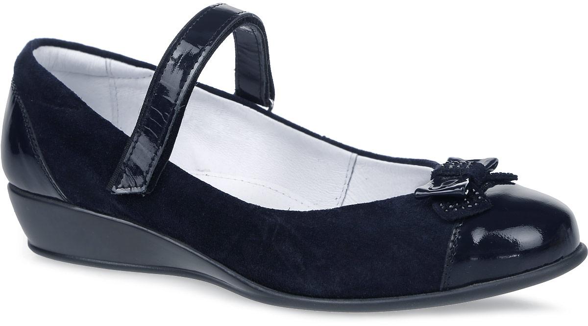 Туфли для девочки Kapika, цвет: темно-синий. 24381-1. Размер 3724381-1Туфли Kapika выполнены из натуральной замши и дополнены элементами с лаковым покрытием. Модель оформлена декоративным бантиком, украшенным стразами. Ремешок с застежкой-липучкой надежно зафиксирует модель на ноге. Внутренняя поверхность и стелька выполнены из мягкой натуральной кожи, комфортной при движении. Подошва изготовлена из прочного ТЭП-материала и дополнена небольшой танкеткой. Также подошва дополнена протектором, который гарантирует отличное сцепление с любой поверхностью.