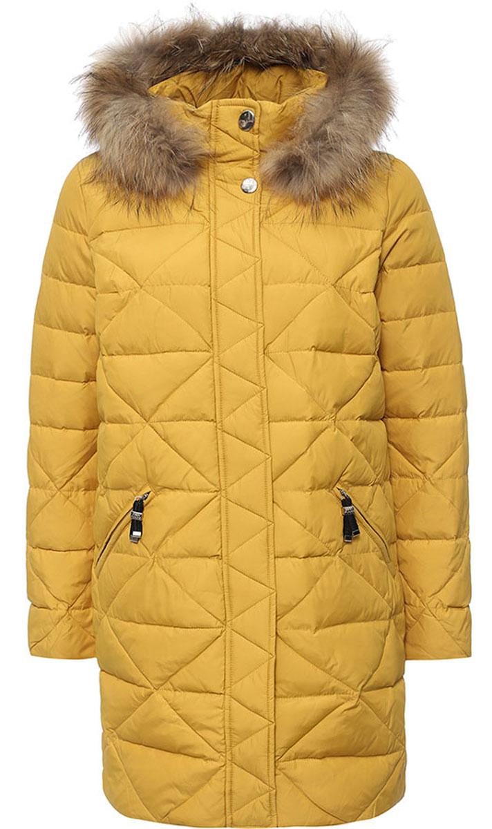 Пальто женское Finn Flare, цвет: темно-желтый. W16-12005_417. Размер M (46)W16-12005_417Стильное женское пальто Finn Flare изготовлено из нейлона и полиэстера. В качестве утеплителя используется пух с добавлением пера.Модель с воротником-стойкой и съемным капюшоном, оформленным съемным натуральным мехом енота, застегивается на застежку-молнию и дополнительно на клапан с кнопками. Капюшон, дополненный регулирующим эластичным шнурком, пристегивается к пальто с помощью кнопок. Спереди расположены два прорезных кармана на застежках-молниях. На нижней части и с внутренней стороны на талии модель оснащена регулирующим эластичным шнурком со стопперами.