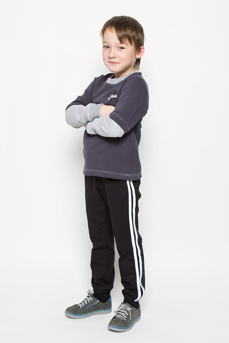 Брюки спортивные для мальчика Pastilla Фристайл, цвет: черный. 6453. Размер 1346453Спортивные брюки для мальчика Pastilla Фристайл выполнены из хлопка с добавлением полиэстера. Модель на талии имеет широкую резинку, дополненную шнурком. Брюки оформлены контрастными лампасами Низ брючин дополнен эластичными резинками.