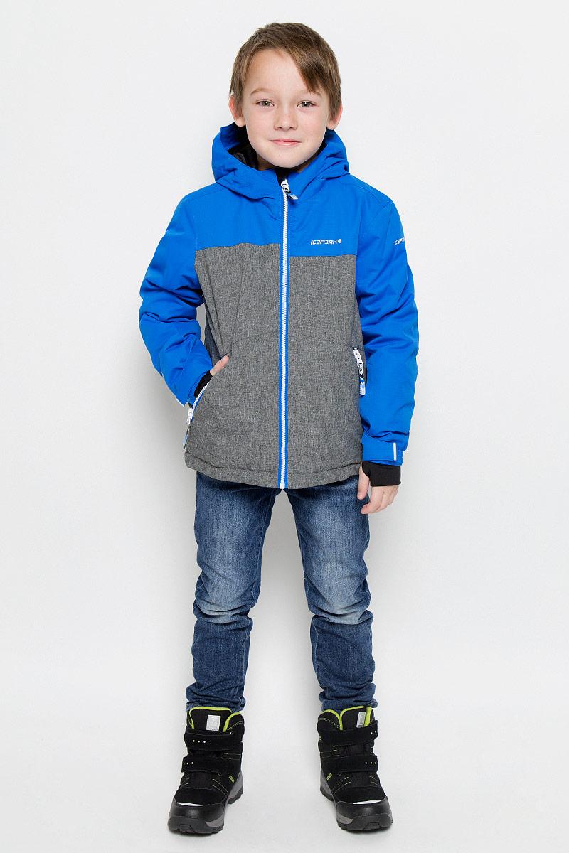 Куртка для мальчика Icepeak Harry Jr, цвет: синий, серый. 650025805IV. Размер 128650025805IVКуртка, изготовленная из водоотталкивающей и ветрозащитной ткани, утеплена синтепоном. В качестве подкладки используется полиэстер. Куртка с капюшоном застегивается на молнию. Капюшон не отстегивается. Рукава дополнены внутренними манжетами с отверстиями для большого пальца. Также манжеты дополнены хлястиками на липучках. С внутренней стороны у модели предусмотрена снегозащитная юбка. Куртка дополнена двумя врезными карманами на застежках-молниях и потайными карманами на молнии и для шапки. На левом рукаве предусмотрен карман для ski pass. Низ куртки дополнен кулиской со стопперами.Изделие дополнено светоотражающим элементом для безопасности ребенка в темное время суток.