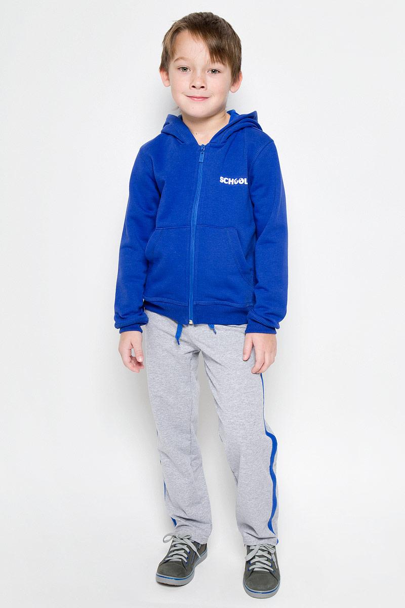 Спортивный костюм для мальчика Pastilla Чемпион, цвет: синий, серый меланж. 6452. Размер 1466452Спортивный костюм для мальчика Pastilla состоит из толстовки и брюк. Костюм изготовлен из эластичного хлопка. Изнаночная сторона изделия с небольшими петельками. Толстовка с капюшоном и длинными рукавами застегивается на пластиковую молнию. Манжеты и низ модели выполнены из трикотажной резинки. Толстовка дополнена спереди двумя накладными карманами. На груди модель оформлена термоаппликацией в виде надписи.Спортивные брюки прямого кроя в поясе имеют широкую эластичную резинку, регулируемую шнурком. Изделие дополнено лампасами.