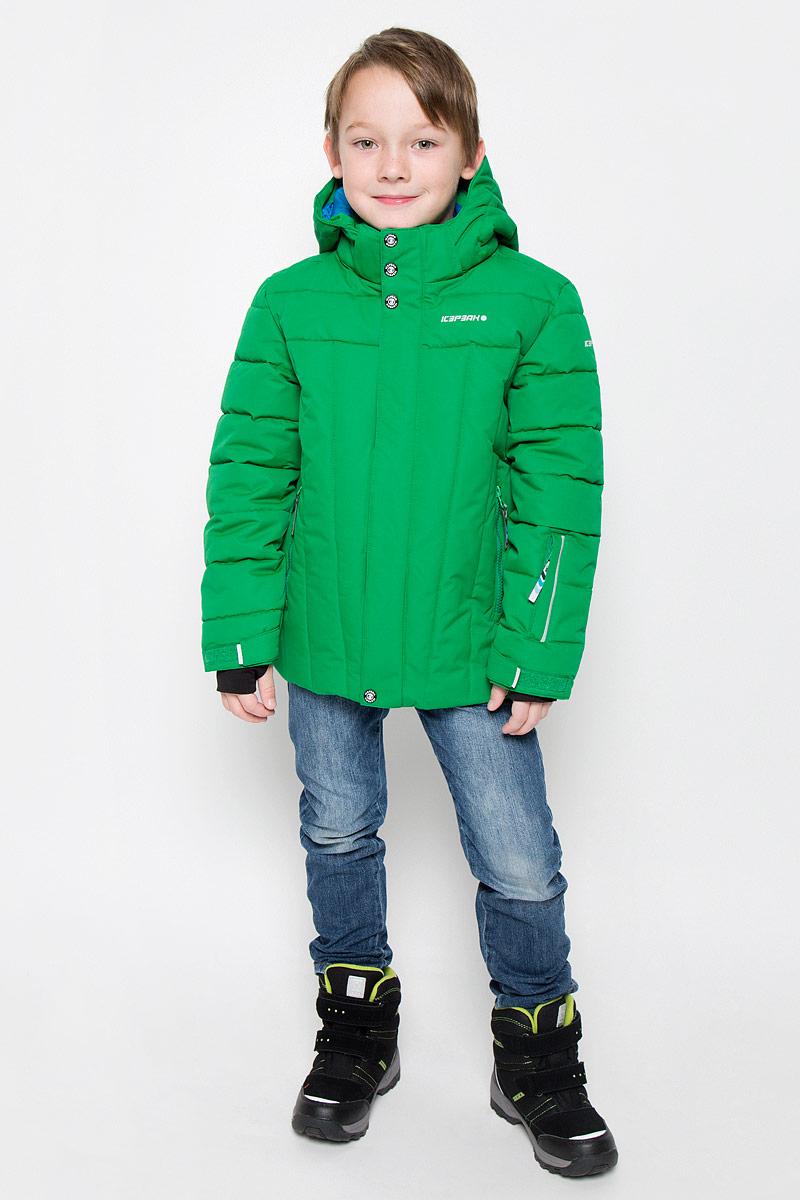 Куртка для мальчика Icepeak Nixon Jr, цвет: зеленый. 650023553IV. Размер 152650023553IVКуртка, изготовленная из водоотталкивающей и ветрозащитной ткани, которая создает оптимальный микроклимат внутри куртки, утеплена синтепоном. В качестве подкладки используется полиэстер. Помимо этого здесь использовался утеплитель Super soft touch, состоящий из множества слоев тончайших волокон, которые обеспечивают отличную термоизоляцию, но не утяжеляют изделие. Куртка с воротником-стойкой и капюшоном застегивается на молнию с ветрозащитным клапаном на кнопках и липучках. Капюшон пристегивается при помощи кнопок. Рукава дополнены внутренними эластичными манжетами с прорезью для большого пальца. Также манжеты дополнены хлястиками на липучках. С внутренней стороны у модели предусмотрена снегозащитная юбка. Куртка дополнена двумя врезными карманами на застежках-молниях и потайными карманами на молнии и для шапки. На левом рукаве предусмотрен карман для ski pass. Низ куртки дополнен кулиской со стопперами. Изделие дополнено светоотражающим элементом для безопасности ребенка в темное время суток.