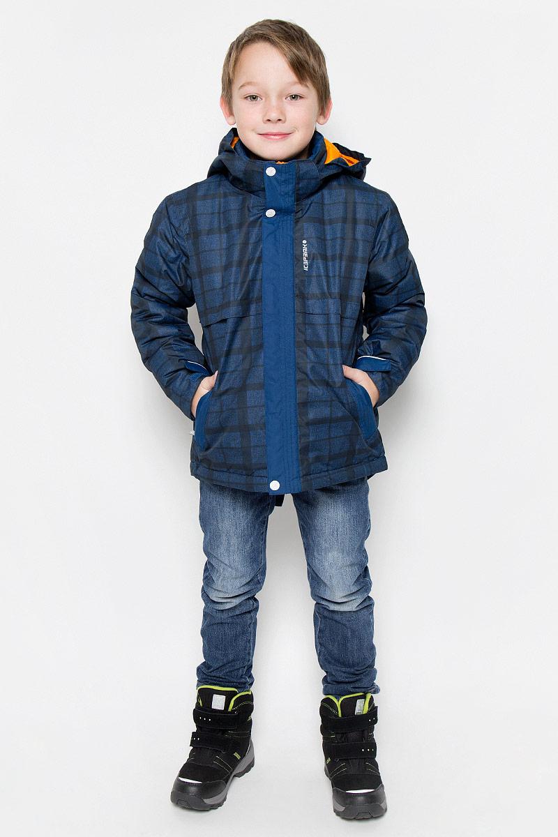Куртка для мальчика Icepeak Romeo Jr, цвет: синий. 650013649IV. Размер 128650013649IVКуртка, изготовленная из водоотталкивающей и ветрозащитной ткани, которая создает оптимальный микроклимат внутри куртки, утеплена синтепоном. В качестве подкладки используется полиамид.Куртка с воротником-стойкой и капюшоном застегивается на молнию с ветрозащитным клапаном на кнопках и липучках. Капюшон пристегивается при помощи кнопок. Рукава дополнены внутренними трикотажными манжетами. Также манжеты дополнены хлястиками на липучках. Куртка дополнена двумя врезными карманами на застежках-молниях и потайным карманом на молнии. Низ куртки дополнен кулиской со стопперами. Изделие дополнено светоотражающим элементом для безопасности ребенка в темное время суток.
