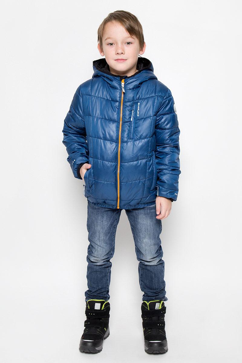 Куртка для мальчика Icepeak Robbie Jr, цвет: синий. 650015507IV. Размер 116650015507IVКуртка, изготовленная из водоотталкивающей и ветрозащитной ткани, утеплена синтепоном. В качестве подкладки используется полиэстер. Куртка с капюшоном застегивается на молнию. Капюшон не отстегивается. Края рукавов и капюшона дополнены эластичными трикотажными резинками. Модель дополнена двумя прорезными карманами на молниях и одним нагрудным кармашком на молнии. Низ изделия дополнен эластичной резинкой.Изделие дополнено светоотражающим элементом для безопасности ребенка в темное время суток.