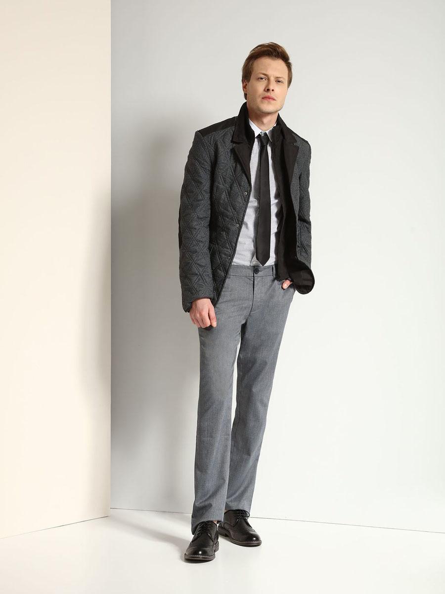 Куртка мужская Top Secret, цвет: темно-серый, черный. SKU0720CA. Размер L (50)SKU0720CAМужская куртка Top Secret выполнена из 100% полиэстера и дополнена теплой подкладкой из полиэстера. Модель оформлена эффектом 2 в 1. Внутренняя часть изделия имеет воротник-стойку, а внешняя - отложной воротник с лацканами. Изделие застегивается на застежку-молнию и дополнительно на кнопки. Низ рукавов дополнен разрезами на кнопках. Спереди расположено два накладных кармана с клапанами на кнопках и небольшой прорезной карман, а с внутренней стороны - небольшой прорезной карман. Спинка оформлена двумя шлицами на кнопках.