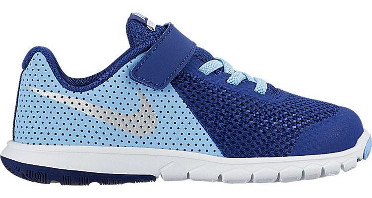 Кроссовки детские Nike Flex Experience 5, цвет: темно-синий, голубой. 844992-400. Размер 1,5 (32)844992-400Стильные детские кроссовки Flex Experience 5 от Nike выполнены из дышащего сетчатого материала и натуральной кожи, оформленной перфорацией, и дополнены бесшовными накладками. Внутренняя поверхность и стелька из текстиля комфортны при движении. Эластичная шнуровка и ремешок с застежкой-липучкой надежно зафиксирует модель на ноге. Промежуточная подошва обеспечивает дополнительную амортизацию. Шестигранные эластичные желобки на подошве гарантируют максимально естественные движения.