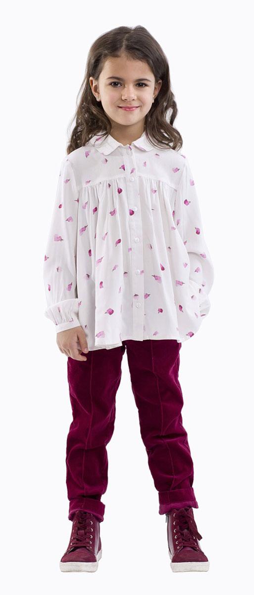 Блузка для девочки Gulliver, цвет: белый. 21601GMC2201. Размер 11621601GMC2201Элегантная блузка для девочки Gulliver изготовлена из качественной вискозы. Блузка с отложным воротником и длинными рукавами застегивается на пуговицы по всей длине. На рукавах предусмотрены узкие манжеты с застежками-пуговицами. В области груди блузка дополнена складками. Оформлена модель контрастным принтом.
