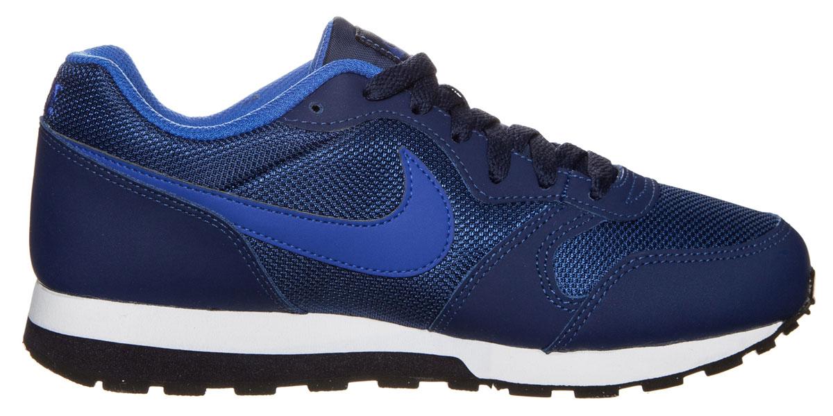 Кроссовки детские Nike Md Runner 2 (GS), цвет: темно-синий, синий. 807316-405. Размер 5 (37)807316-405Кроссовки Nike MD Runner 2 с воздухопроницаемым верхом из сетки и накладками из натурального спилка, выполнены в стиле легендарной модели для бега 1990-х. Модель сохраняет все оригинальные детали, кроме промежуточной подошвы. Вместо пеноматериала EVA в ней используется инжектированный филон, обеспечивающий амортизацию без утяжеления. У модели удобная шнуровка, текстильная внутренняя отделка и мягкая стелька с текстильной накладкой, а также резиновая подошва с протектором.