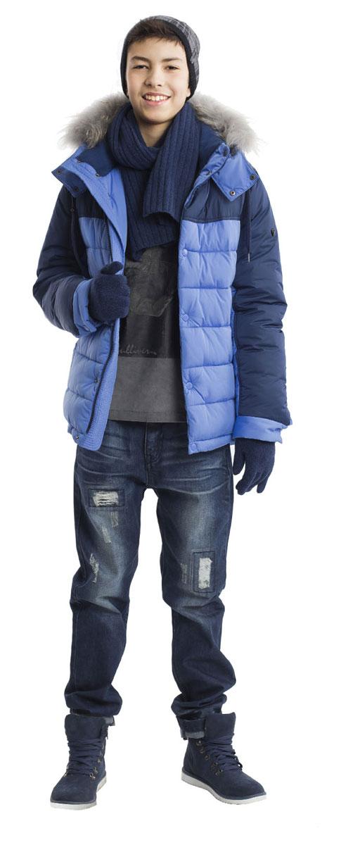 Куртка для мальчика Gulliver, цвет: синий. 21611BTC4102. Размер 15821611BTC4102Какими должны быть куртки для мальчиков? Модными или практичными, красивыми или функциональными? Отправляясь на осенний шоппинг,мамы мальчиков должны ответить на эти непростые вопросы. Куртка от Gulliver упрощает задачу, потому что сочетает в себе все лучшие характеристики детских курток для мальчиков. Красивый цветовой контраст, комфортная длина, множество интересных функциональных и декоративных деталей делают куртку яркой и привлекательной. Эта куртка с капюшоном подарит своему обладателю прекрасный внешний вид, комфорт и удобство. Если вы решили купить модную зимнюю куртку, эта модель - прекрасный выбор!