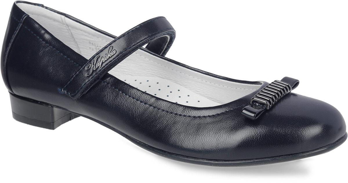 Туфли для девочки Kapika, цвет: темно-синий. 94031-2. Размер 3794031-2Прелестные туфли от Kapika придутся по душе вашей юной моднице! Модель на невысоком каблуке выполнена из искусственной кожи с блестящей поверхностью и оформлена на мысе - небольшим бантом, декорированным металлическим элементом.Подкладка, изготовленная из натуральной кожи, обеспечивает комфорт при движении. Стелька из ЭВА материала с поверхностью из натуральной кожи дополнена супинатором, который обеспечивает правильное положение ноги ребенка при ходьбе, предотвращает плоскостопие. Ремешок на застежке-липучке, украшенный названием бренда, надежно зафиксирует изделие на ноге. Подошва оснащена рифлением для лучшего сцепления с различными поверхностями.Удобные туфли - незаменимая вещь в гардеробе каждой девочки.
