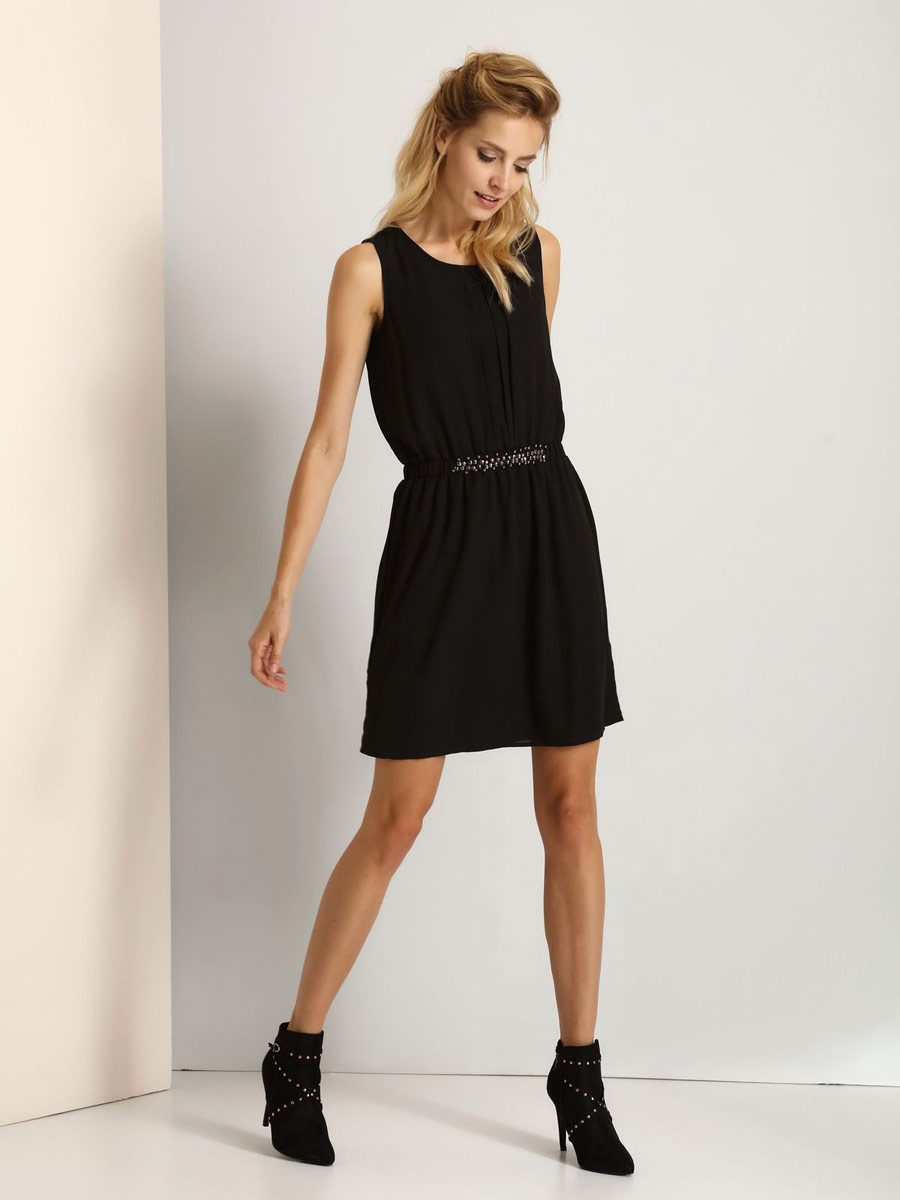 Платье Top Secret, цвет: черный. SSU1711CA. Размер 38 (44)SSU1711CAМодное платье Top Secret станет отличным дополнением к вашему гардеробу. Модель выполнена из высококачественного полиэстера. Платье-миди с круглым вырезом горловины и без рукавов застегивается на пуговицу, расположенную на спинке. На талии модель дополнена вшитой резинкой. Спереди на талии платье украшено металлическими элементами.