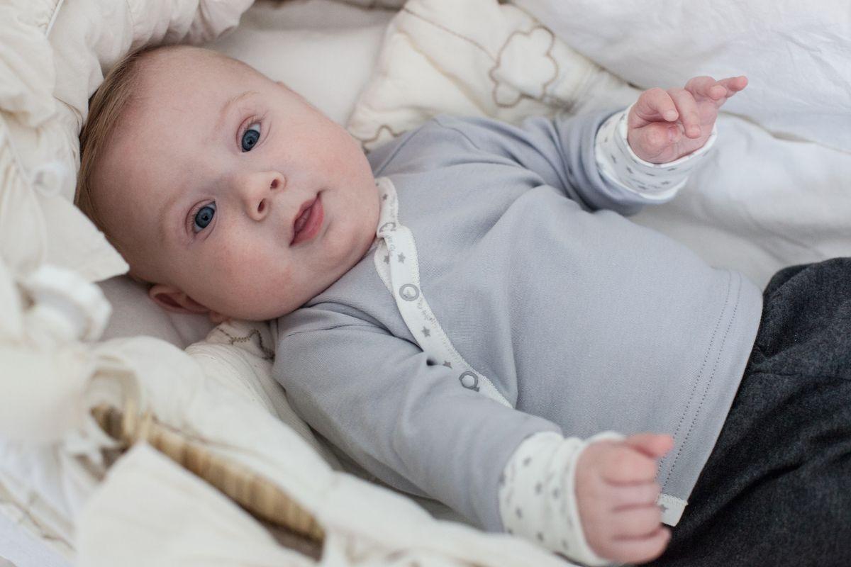 Распашонка Lucky Child Дуэт, цвет: серый, молочный, 2 шт. 33-7. Размер 62/6833-7Самая детская и трогательная деталь гардероба, распашонка. Она должна быть очень мягкой, не сковывать движений и сохранять комфортную температуру внутри. Удобная система кнопок, превратит процесс переодевания в вопрос нескольких минут, что очень понравится молодым мамам. Подберите в комплект шапочку и носочки от Lucky Child.