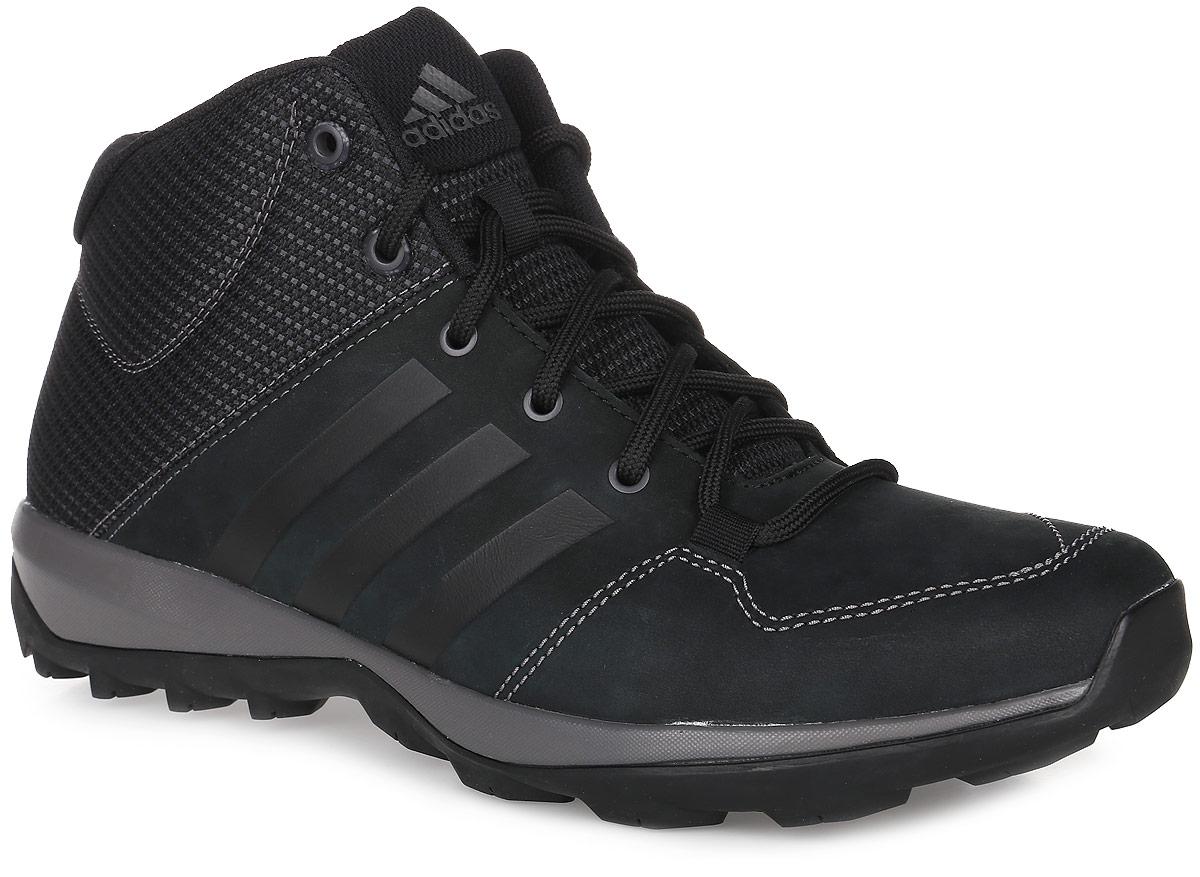 Ботинки мужские adidas Daroga Plus Mid, цвет: черный. B27276. Размер 7,5 (40)B27276Мужские высокие ботинки Daroga Plus Mid от adidas с текстильным голенищем и дышащей сетчатой подкладкой выполнены из мягкого нубука. Легкая и упругая промежуточная подошва и цепкая подметка Traxion обеспечивают комфорт и устойчивость на пересеченной местности, специальный глубокий протектор адаптирован для оптимального сцепления даже с мокрыми поверхностями. Вставка Adiprene в пяточной части обеспечивает превосходную амортизацию при ударных нагрузках. Классическая шнуровка надежно зафиксирует модель на ноге. По бокам модель оформлена фирменными тремя полосками.