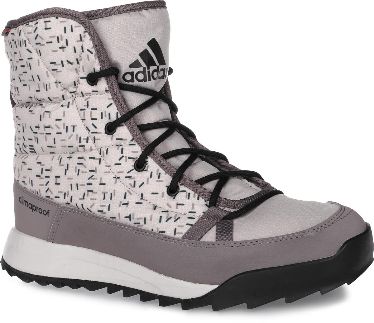 Ботинки женские adidas CW Choleah Padded C, цвет: серый. AQ2025. Размер 7,5 (40)AQ2025Женские туристические ботинки CW Choleah Padded C от adidas, выполненные из водонепроницаемого материала Climaproof с утеплителем PrimaLoft сохранят ваши ноги в тепле и сухости на заснеженных тропах и холодных улицах. Высокотехнологичный синтетический наполнитель PrimaLoft продолжает греть даже во влажном состоянии. Текстильный верх с геометрическим принтом и дизайн адаптирован под особенности женской стопы. Модель дополнена вставками из синтетических материалов для износостойкости.Резиновая подошва Traxion с глубоким протектором для оптимального сцепления сохраняет свои свойства в течение долгого времени.
