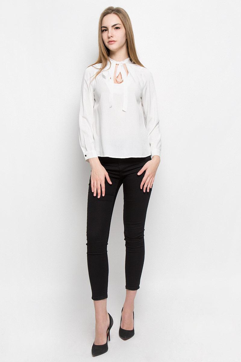 Блузка женская Broadway Vicki, цвет: молочный. 10156967_001. Размер XS (42)10156967_001Женская блуза Broadway Vicki с длинными рукавами и круглым горловины выполнена из натуральной вискозы. Блузка имеет свободный крой, горловина дополнена декоративными завязками. Манжеты рукавов застегиваются на пуговицы. Блузка украшена кружевными вставками.