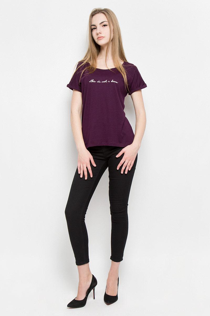 Футболка женская Broadway Sia, цвет: темно-фиолетовый. 10156986_33A. Размер S (44)10156986_33AМодная женская футболка Broadway Sia изготовлена из вискозы и хлопка. Модель с круглым вырезом горловины и короткими цельнокроеными рукавами оформлена спереди надписью с блестками. Спинка изделия немного удлинена.