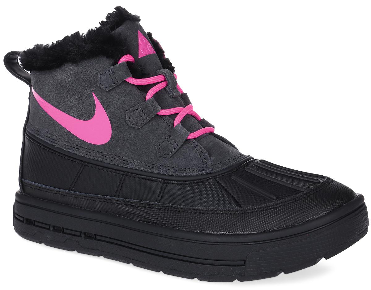 Ботинки детские Nike Woodside Chukka 2 (GS), цвет: черный, ярко-розовый. 859425-001. Размер 5,5 (37,5)859425-001Ботинки Nike Woodside Chukka 2 выполнены из сочетания искусственной и натуральной кожи, дополнена резиновой вставкой. Подкладка изготовлена из искусственного меха. Модель на шнуровке. Вставка phylon по всей длине подошвы обеспечивают мягкую амортизацию. Резиновая подошва оснащена протектором.