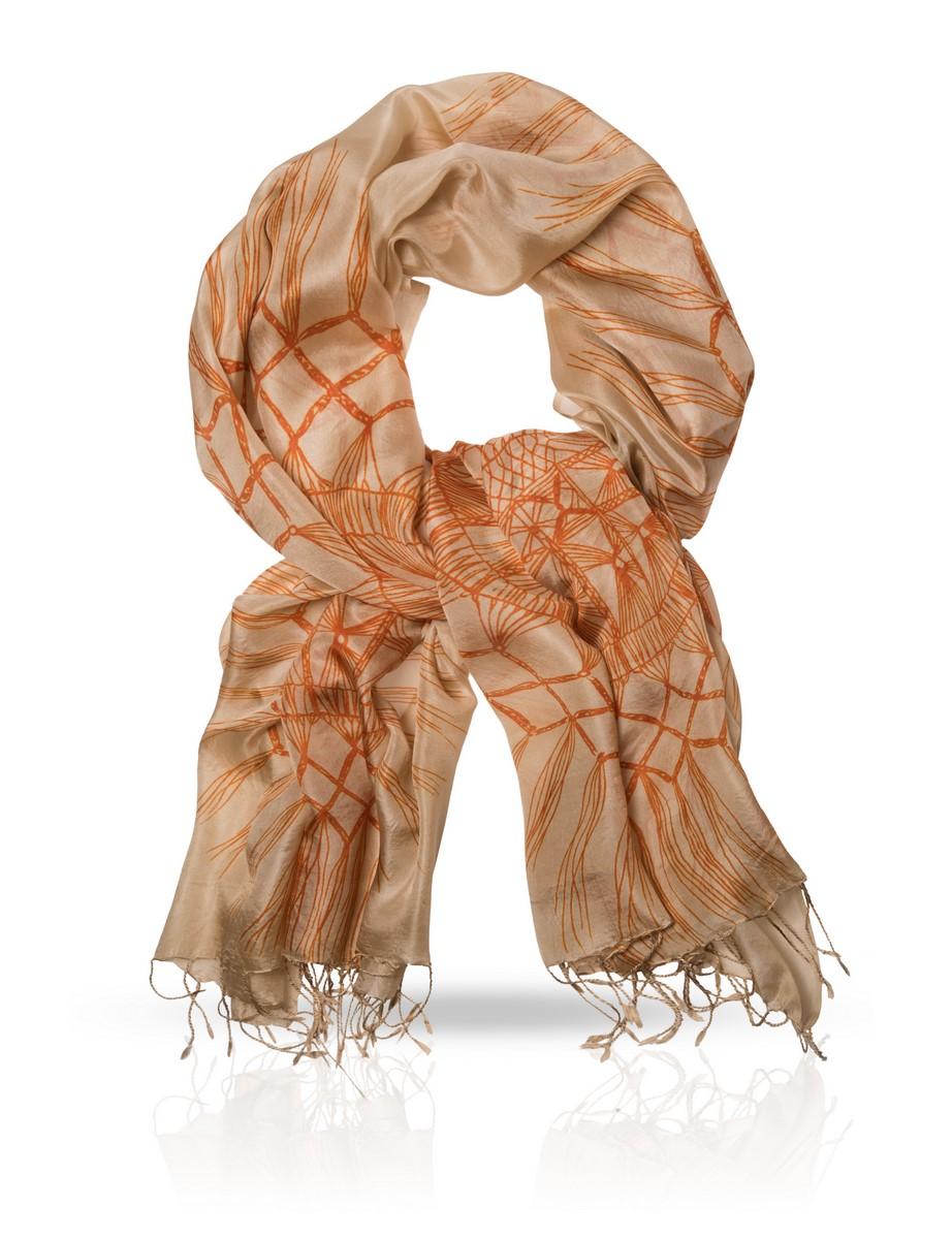 Палантин Michel Katana, цвет: бежевый, оранжевый. S-GYPSEY. Размер 110 см х 180 смS-GYPSEY/ORANGEПалантин выполнен из высококачественного шелка. В народной символике круг обозначает солнце, кружевные элементы в форме круга оберегали дом от злых духов. Оранжевый узор, фактурно влившийся в песочный шелк, призван спасать солнечной энергией от хандры, направляя мыслительный процесс в нужное русло.