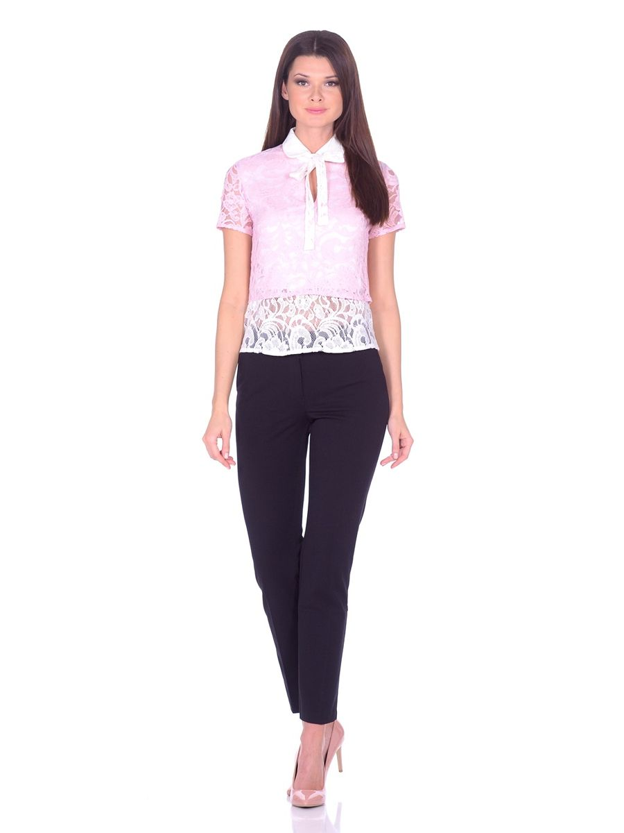 Блузка женская La Via Estelar, цвет: розовый, белый. 32838-1. Размер 4232838-1Изумительная блуза La Via Estelar создана из комбинации двух тканей. Наложение кружева специально подобранных цветов в сочетании с аккуратным отложным воротничком с застежкой на пуговицу и декоративной лентой, завязывающейся в бант. В дополнение к столь изысканному образу на груди пикантный узкий вырез. Празднично-нарядная блуза для непревзойденного образа