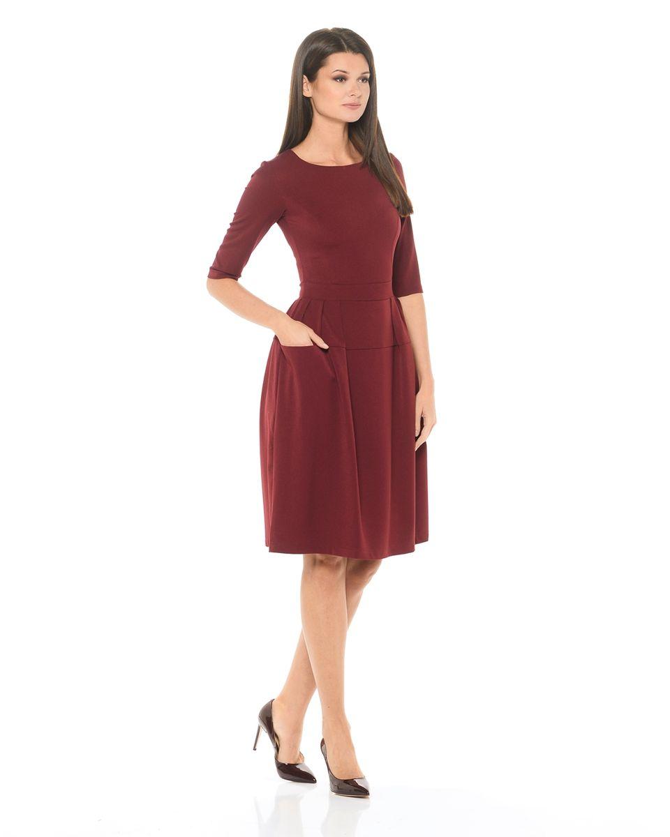 Платье La Via Estelar, цвет: бордовый. 14667-4. Размер 4614667-4Обворожительное однотонное платье La Via Estelar выполнено из высококачественного комбинированного материала. Модель отрезная по линии талии, с втачным поясом, фантазийной юбкой с симметричными сборками и функциональными объемными карманами. Роскошный фасон платья поможет создать эффектный женственный образ.