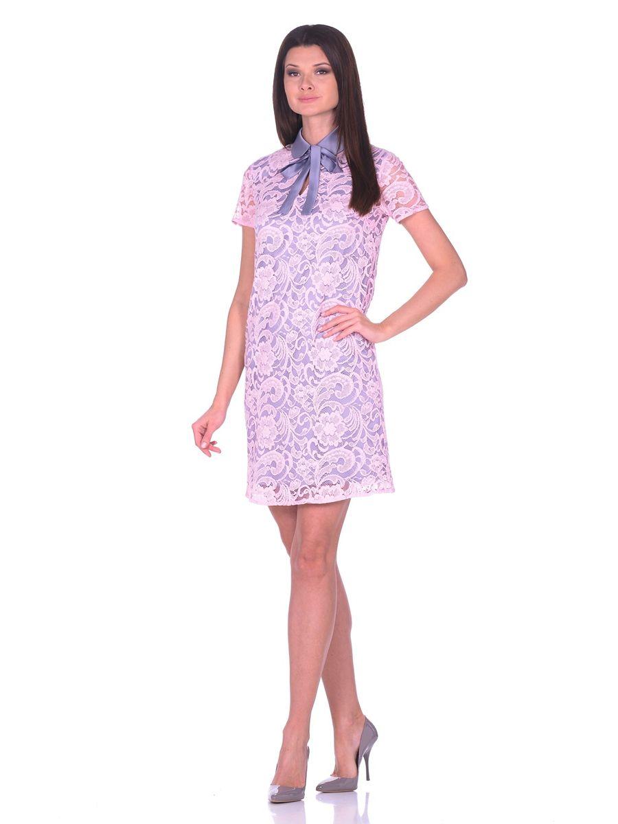 Платье La Via Estelar, цвет: розовый, серый. 12002. Размер 4412002Кружевное платье с контрастной атласной подкладкой La Via Estelar с отложным воротничком и классическим коротким рукавом украшено пуговицей имитирующей жемчуг. Под воротничком находятся атласные завязки, которые спереди завязываются в бант.