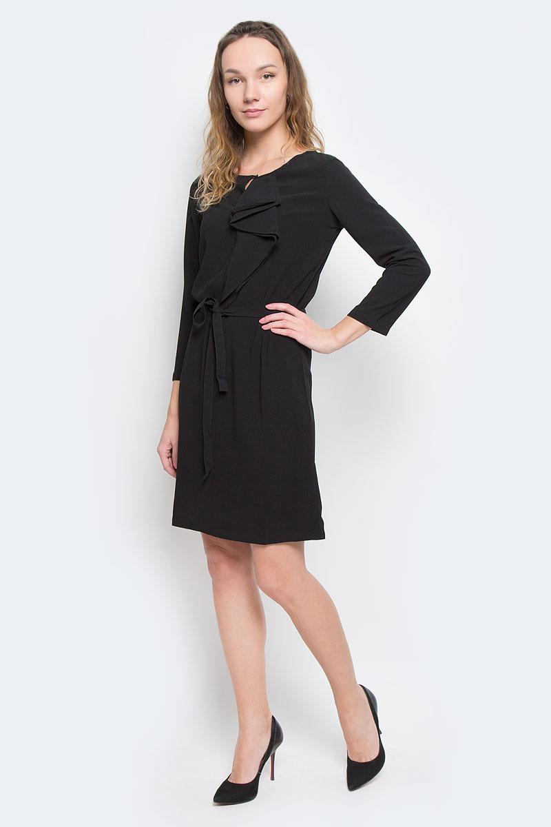 Платье Baon, цвет: черный. B455526. Размер S (44)B455526Женское платье Baon - отличный вариант для любого гардероба. Эта модель выручит вас и на свидании, и в деловой обстановке. Платье выполнено из полиэстера с добавлением эластана. Рукава имеют длину 3/4. Круглый вырез горловины оформлен небольшим разрезом, который можно застегнуть на пуговицу золотистого цвета. Модель украшена сборкой-волан, расположенной от горловины до груди. Приталенный силуэт создается при помощи небольшой эластичной вставки на спине и завязывающегося пояса.Идеальный вариант для создания эффектного образа.
