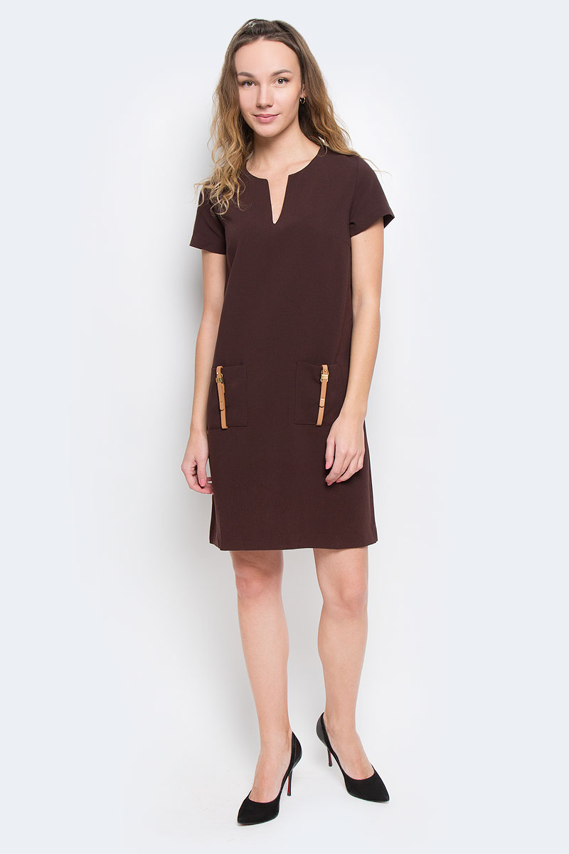 Платье Baon, цвет: коричневый. B455524. Размер L (48)B455524Элегантное платье Baon лаконичного дизайна, выполненное из высококачественного плотного материала, займет достойное место в вашем гардеробе.Модель А-силуэта будет уместна в любой ситуации, требующей от вас выглядеть сдержанно и стильно. Изделие застегивается на скрытую пластиковую молнию на спинке. Платье с короткими рукавами и круглым вырезом с V-образным углублением в зоне декольте на груди дополнено вытачками. Спереди модель украшена двумя накладными карманами с декором в виде ремешков с золотистыми пряжками.Это модное и в тоже время комфортное платье послужит отличным дополнением к вашему гардеробу. В таком платье можно отправиться как на работу, так и на встречу с друзьями.