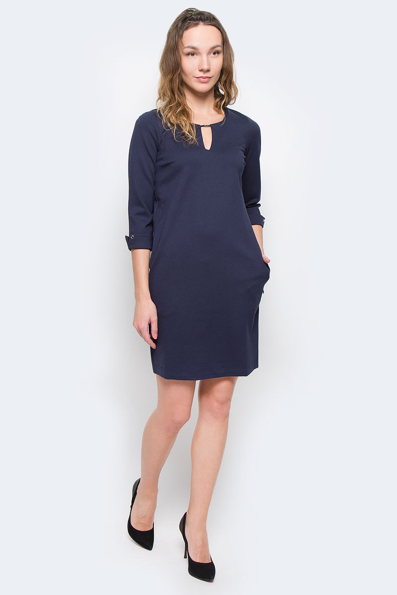 Платье Finn Flare, цвет: темно-синий. W15-11027. Размер XS (42)W15-11027Стильное платье Finn Flare, выполненное из высококачественного плотного материала, покорит своим лаконичным дизайном. Модель свободного кроя с рукавом 3/4 и круглым вырезом горловины. Вертикальный вырез украшен металлическим декором. Рукава с отворотом дополнены клепками. По бокам расположены два врезных кармана. Это модное и в тоже время комфортное платье послужит отличным дополнением к вашему гардеробу. В нем вы всегда будете чувствовать себя уютно и комфортно.