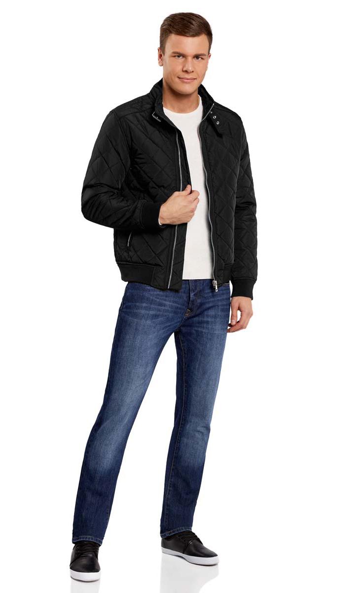 Куртка мужская oodji Lab, цвет: черный. 1L111015M/44330N/2900N. Размер M-182 (50-182)1L111015M/44330N/2900NСтильная мужская куртка oodji Lab изготовлена из высококачественного полиэстера. В качестве утеплителя используется полиэстер.Стеганая модель с воротником-стойкой застегивается на застежку-молнию и дополнительно на небольшой ремешок в области воротника. Спереди расположены два втачных кармана на застежках-молниях, с внутренней стороны - прорезной карман на молнии.Манжеты рукавов дополнены трикотажными напульсниками. По низу куртка также дополнена трикотажной резинкой.