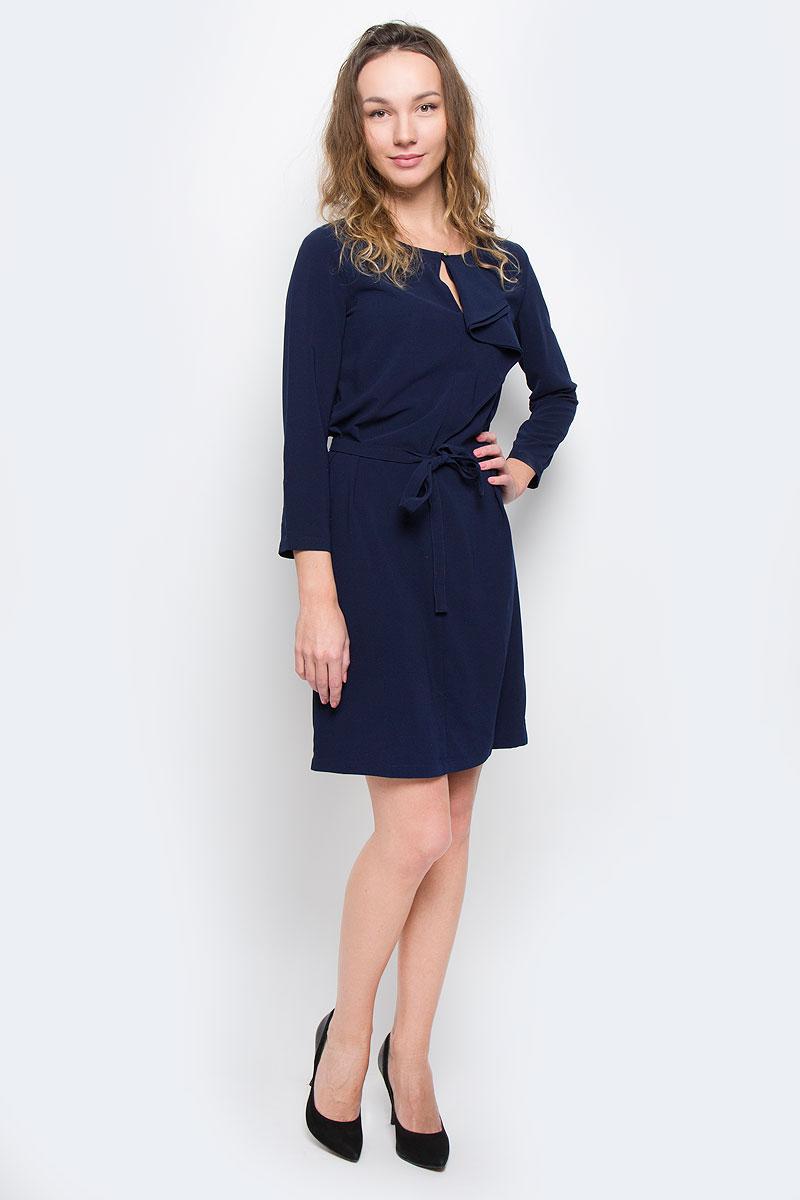 Платье Baon, цвет: темно-синий. B455526. Размер XL (50)B455526Женское платье Baon - отличный вариант для любого гардероба. Эта модель выручит вас и на свидании, и в деловой обстановке. Платье выполнено из полиэстера с добавлением эластана. Рукава имеют длину 3/4. Круглый вырез горловины оформлен небольшим разрезом, который можно застегнуть на пуговицу золотистого цвета. Модель украшена сборкой-волан, расположенной от горловины до груди. Приталенный силуэт создается при помощи небольшой эластичной вставки на спине и завязывающегося пояса.Идеальный вариант для создания эффектного образа.