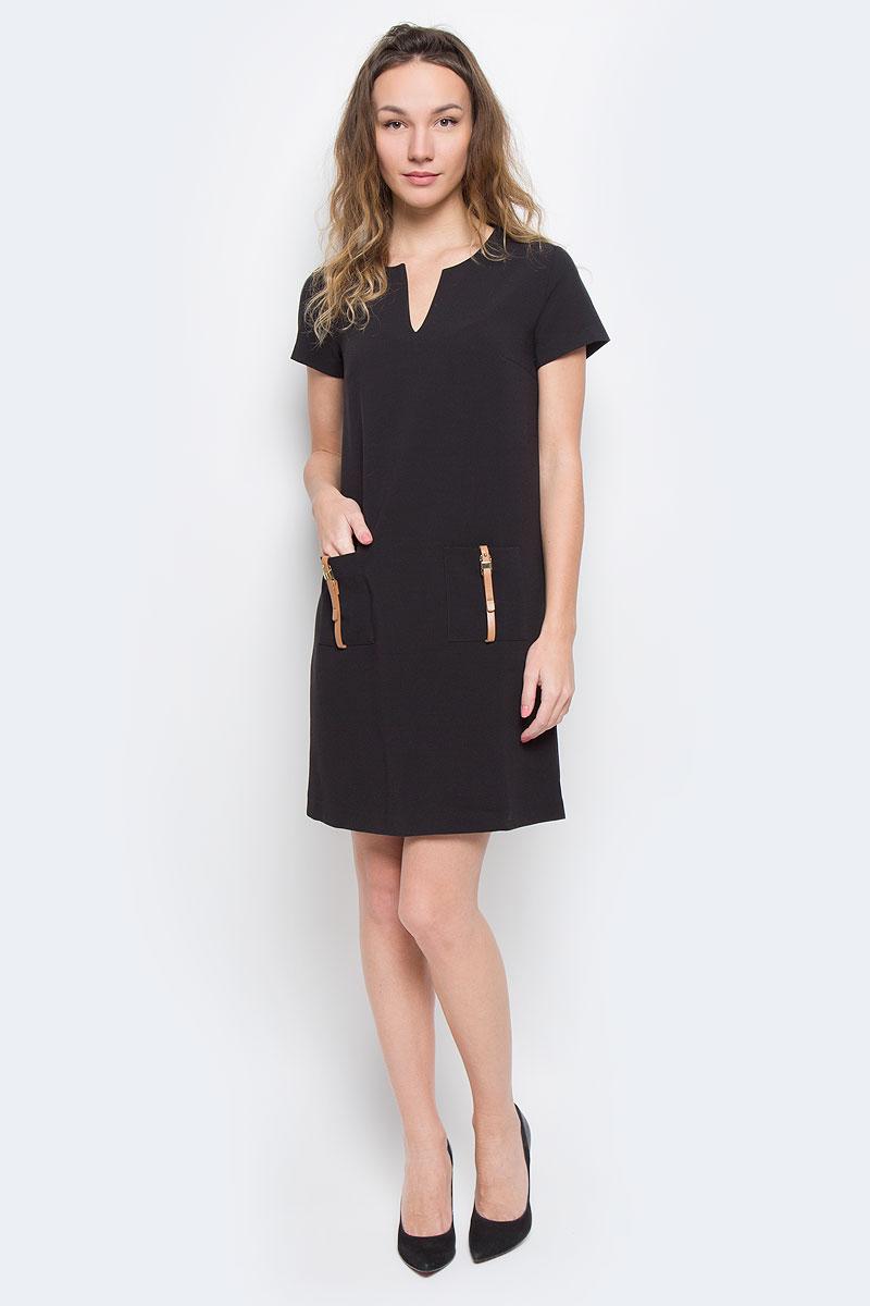 Платье Baon, цвет: черный. B455524. Размер XS (42)B455524Элегантное платье Baon лаконичного дизайна, выполненное из высококачественного плотного материала, займет достойное место в вашем гардеробе.Модель А-силуэта будет уместна в любой ситуации, требующей от вас выглядеть сдержанно и стильно. Изделие застегивается на скрытую пластиковую молнию на спинке. Платье с короткими рукавами и круглым вырезом с V-образным углублением в зоне декольте на груди дополнено вытачками. Спереди модель украшена двумя накладными карманами с декором в виде ремешков с золотистыми пряжками.Это модное и в тоже время комфортное платье послужит отличным дополнением к вашему гардеробу. В таком платье можно отправиться как на работу, так и на встречу с друзьями.