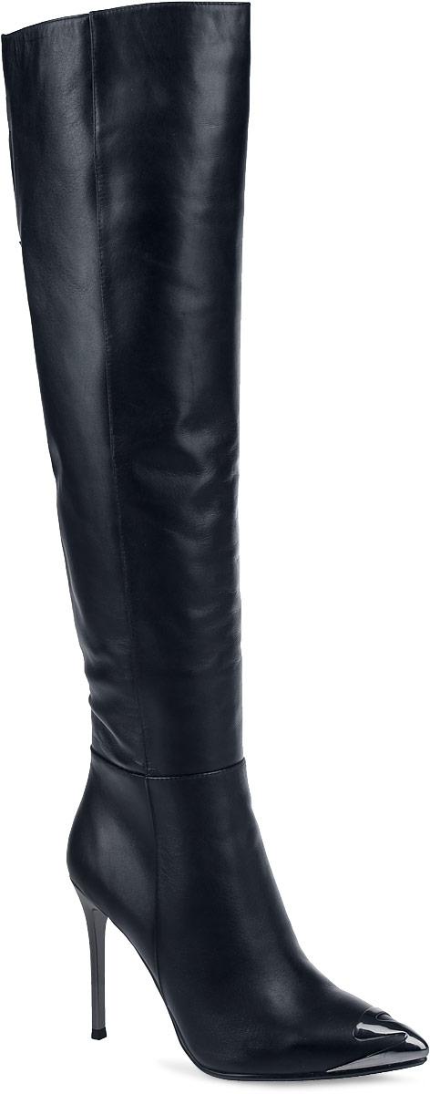 Ботфорты женские Paolo Conte, цвет: черный. 91-125-61-5. Размер 3591-125-61-5Женские ботфорты от Paolo Conte выполнены из натуральной кожи. Подкладка и стелька выполнены из байки. Застегивается модель на боковую застежку-молнию до середины голенища. Верхняя часть голенища оформлена разрезом и дополнена эластичной вставкой. Высокий каблук-шпилька, стилизованный под металл, невероятно устойчив. Заостренный носок оформлен декоративной накладкой, стилизованной под металл. Подошва и каблук дополнены рифлением.