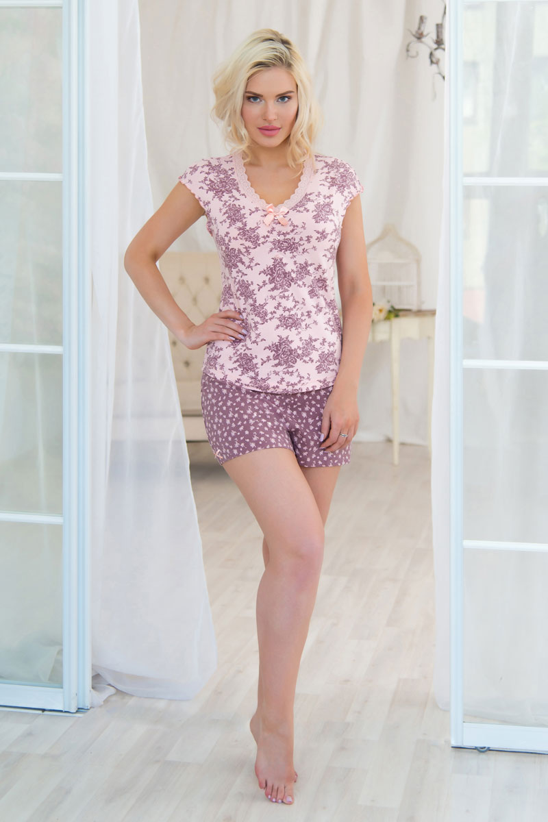 Пижама женская Mia Cara: футболка, шорты, цвет: розовый, светло-коричневый. AW16-MCUZ-733 . Размер 42/44AW16-MCUZ-733Женская пижама Mia Cara состоит из футболки и шорт. Изделия выполнены из мягкого хлопка с небольшим добавлением эластана. Футболка с V-образным вырезом горловины и короткими цельнокроеными рукавами оформлена нежным принтом и кружевом. Шортики с эластичной резинкой на талии дарят комфорт при носке. В такой пижаме вы будете выглядеть женственно и чувствовать себя максимально комфортно! Российский бренд Mia Сara с итальянским темпераментомвоплотил в своей продукции традиционное европейское качество, ультрамодный дизайн и исключительный комфорт.Эксклюзивные авторские принты и набивные рисунки, разработанные дизайнерами из Милана для торговой маркив ызывают восхищение и восторг у самых требовательных женщин, ценящих красоту и удобство!Все полотна, использующиеся для производства одежды, изготовлены из высококачественного хлопка, изделия очень мягкие на ощупь и тактильно приятные. В ткань нежно вплетены специальные волокна эластана, которые позволяют создать прилегающий силуэт и обеспечить комфорт. Вся продукция обладает благородными и стойкими цветами, устойчивыми к воздействиям в процессе использования и стирки.Наши изделия бесконечно долго имеют безупречный внешний вид, не линяют и не растягиваются.Одежда Mia Сara позволит Вам всегда выглядеть эффектно и элегантно дома, ежедневно радовать себя и ваших близких.
