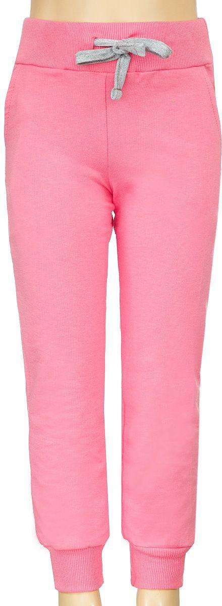 Брюки спортивные для девочки M&D, цвет: розовый. Б1903БА-5. Размер 92Б1903БА-5Спортивные брюки для девочки выполнены из эластичного хлопка. Брюки на талии имеют широкую эластичную резинку, благодаря чему, они не сдавливают живот ребенка и не сползают. Объем талии регулируется с помощью шнурка. Спереди предусмотрены два втачных кармашка. Низ брючин дополнен трикотажными манжетами.