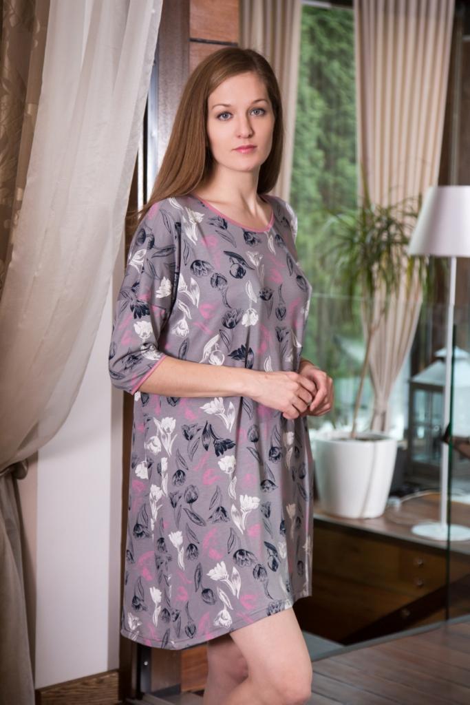 Платье домашнее Marusя Тюльпаны, цвет: серый. 160094. Размер XL (50)160094Домашнее платье Marusя Тюльпаны выполнено из эластичной вискозы. Модель средней длины с рукавами до локтя имеет круглый вырез горловины. Изделие оформлено крупным принтом с изображением тюльпанов.