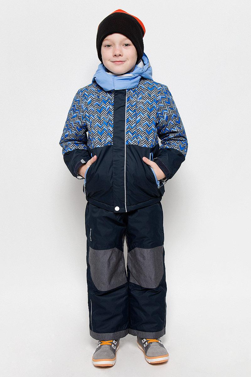 Комплект для мальчика Icepeak Jake Kd: куртка, полукомбинезон, цвет: серый, голубой. 652103503IV. Размер 98652103503IV_934Комплект для мальчика Icepeak Jake Kd, состоящий из куртки и полукомбинезона, выполнен из 100% полиэстера. Материал изготовлен при помощи технологии Icemax, которая обеспечит вашему ребенку надежную защиту от ветра и влаги. Все швы куртки и брюк проклеены, для обеспечения дополнительной защиты от непогоды. В качестве подкладки также используется полиэстер. Утеплителем служит материал FinnWad, который обладает высокими теплоизоляционными свойствами. Куртка с воротником-стойкой и съемным капюшоном застегивается на застежку-молнию с защитой для подбородка и ветрозащитной планкой на липучках и кнопках. Капюшон пристегивается к изделию за счет кнопок. Низ изделия дополнен эластичными вставками, а низ рукавов - хлястиками на липучках. Спереди расположены два прорезных кармана на застежках-молниях. Куртка оформлена оригинальным рисунком. Полукомбинезон застегивается на пуговицу и имеет ширинку на застежке-молнии. Модель оснащена эластичными наплечными лямками, регулируемыми по длине. Пояс, имеющий по бокам эластичные вставки, оснащен шлевками для ремня. Низ брючин дополнен внутренними манжетами на резинках. Комплект оснащен специальными деталями Childrens Safety для дополнительной безопасности ребенка во время занятий спортом и активного отдыха на улице.