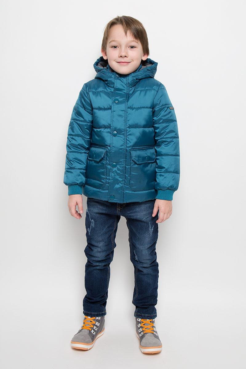 Куртка для мальчика Button Blue, цвет: темно-бирюзовый. 216BBBC41020700. Размер 98, 3 года216BBBC41020700Куртка для мальчика Button Blue c длинными рукавами, воротником-стойкой и несъемным капюшоном выполнена из прочного полиэстера. Подкладка капюшона и воротника-стойки выполнена из мягкого флиса. Наполнитель - синтепон. Объем капюшона регулируется при помощи шнурка-кулиски со стопперами. Модель застегивается на застежку-молнию спереди и имеет ветрозащитный клапан на кнопках. Изделие имеет два накладных открытых кармана и два накладных кармана на клапанах с кнопками спереди. Рукава оснащены трикотажными манжетами.