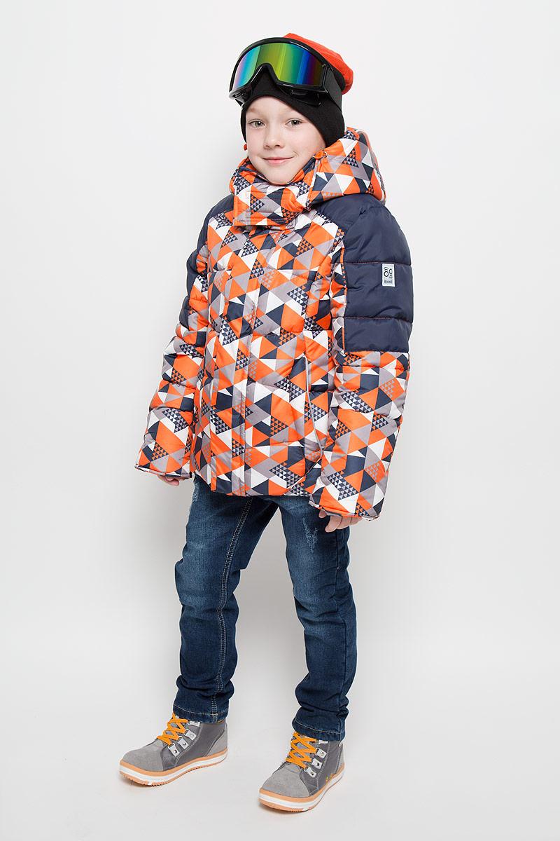 Куртка для мальчика Boom!, цвет: оранжевый, темно-синий, серый. 64363_BOB_вар.1. Размер 134, 9-10 лет64363_BOB_вар.1Теплая куртка для мальчика Boom! идеально подойдет вашему ребенку в холодную погоду. Модель изготовлена из водонепроницаемой и ветрозащитной ткани, на подкладке из полиэстера с добавлением вискозы. В качестве утеплителя используется синтепон. Большая часть подкладки выполнена из теплого мягкого флиса. Куртка с капюшоном застегивается на пластиковую застежку-молнию и дополнительно имеет защиту подбородка и внешнюю ветрозащитную планку на липучках. Капюшон не отстегивается и по краю дополнен скрытой резинкой со стопперами. Также капюшон регулируется при помощи хлястиков на липучках и застегивается под подбородком на липучки. Спереди модель дополнена двумя прорезными кармашками. Рукава имеют трикотажные эластичные манжеты с прорезями для больших пальцев. Внутри куртки предусмотрена специальная эластичная вставка на кнопках, защищающая от снега и ветра. Оформлено изделие оригинальным принтом и дополнено светоотражающими элементами, которые не оставят вашего ребенка незамеченным в темное время суток.В комплект входит маска для занятий зимними видами спорта. В такой куртке вашему ребенку будет тепло и комфортно!