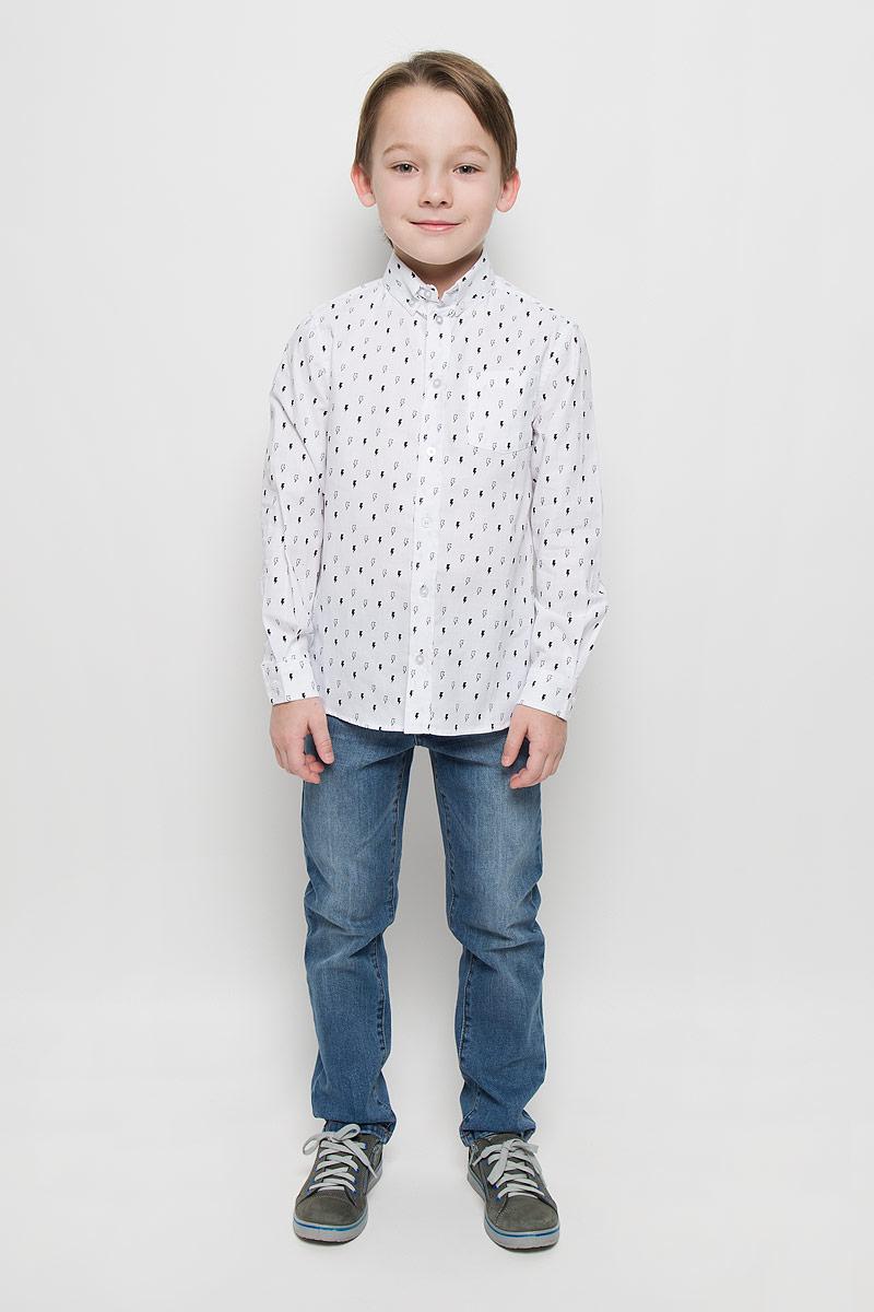 Рубашка для мальчика Button Blue, цвет: белый, орнамент молнии. 216BBBC23021403. Размер 104, 4 года216BBBC23021403Модная рубашка для мальчика Button Blue изготовлена из натурального хлопка. Рубашка с отложным воротником и длинными рукавами застегивается на пуговицы. На воротнике и манжетах также имеются застежки-пуговицы. Изделие оформлено мелким равномерным рисунком. Рубашка Button Blue сделает образ ребенка стильным и свежим, соответствующим основным трендам сезона.