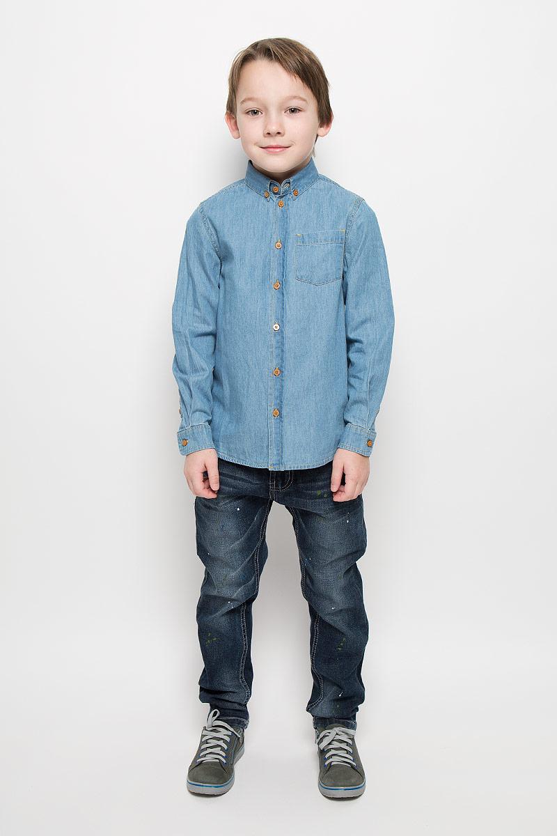 Рубашка для мальчика Button Blue, цвет: голубой джинс. 216BBBC2302D200. Размер 122, 7 лет216BBBC2302D200Джинсовая рубашка для мальчика Button Blue изготовлена из натурального хлопка. Рубашка с отложным воротником и длинными рукавами застегивается на пуговицы. На воротнике и манжетах также предусмотрены застежки-пуговицы. На груди расположен накладной карман.