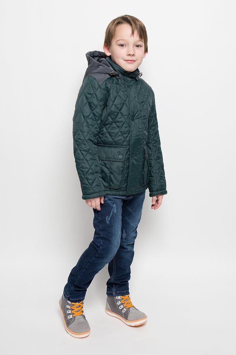 Куртка для мальчика Boom!, цвет: темно-зеленый, серый. 64062_BOB_вар.2. Размер 128, 7-8 лет64062_BOB_вар.2Стильная стеганая куртка Boom! идеально подойдет для вашего мальчика в прохладное время года. Модель изготовлена из 100% полиэстера. Подкладка, выполненная из полиэстера с добавлением вискозы, приятная на ощупь. В качестве утеплителя используется синтепон - 100% полиэстер.Куртка с воротником-стойкой застегивается на застежку-молнию и оснащена ветрозащитным клапаном на кнопках. Съемный капюшон фиксируется с помощью пуговиц и дополнен эластичным шнурком с металлическими стопперами. Изделие дополнено спереди двумя накладными карманами с клапанами на кнопках. Нижняя часть спинки оформлена фирменной светоотражающей нашивкой, один из рукавов - нашивкой с названием бренда. Хлястики с кнопками по бокам позволяют отрегулировать нужный объем. Такая стильная куртка станет прекрасным дополнением к гардеробу вашего мальчика, она подарит комфорт и тепло.