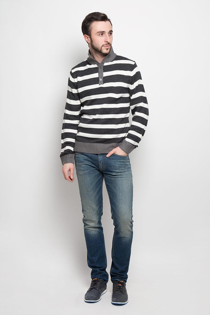Свитер мужской Epic Hero, цвет: темно-серый, белый. А4500904. Размер L (52)А4500904Стильный мужской свитер D&H с воротником стойкой и длинными рукавами изготовлен из высококачественной акриловой пряжи.Горловина, низ и манжеты свитера связаны резинкой. Модель застегивается на груди на две пуговицы и оформлена узором в виде контрастных полосок.