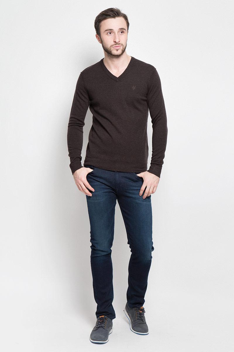 Пуловер мужской Marc OPolo, цвет: коричневый. 506060180_788. Размер L (50)506060180_788Стильный мужской пуловер Marc OPolo, выполненный из высококачественной теплой шерсти, приятный на ощупь, не сковывает движения, обеспечивая наибольший комфорт. Модель с V-образным вырезом горловины и длинными рукавами спереди декорирована вышитым логотипом бренда. Вырез горловины связан широкой трикотажной резинкой.