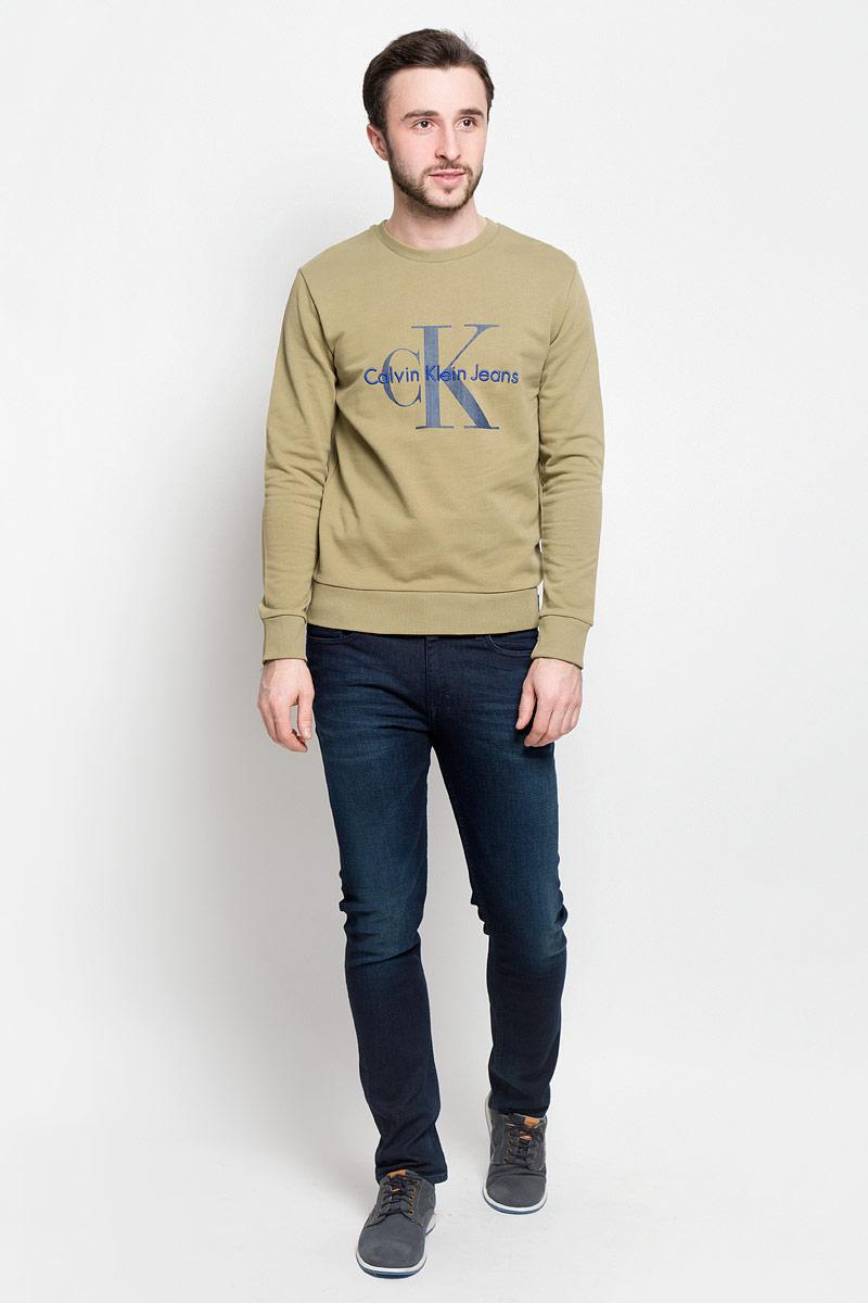 Толстовка мужская Calvin Klein Jeans, цвет: болотный. J30J301241_3460. Размер M (46/48)J30J301241_3460Стильная мужская толстовка Calvin Klein Jeans изготовлена из натурального хлопка. Лицевая сторона гладкая, изнаночная - с небольшими петельками. Модель с круглым вырезом горловины и длинными рукавами оформленафирменными принтом и вышивкой. Манжеты рукавов, воротник и низ толстовки дополненытрикотажными резинками.